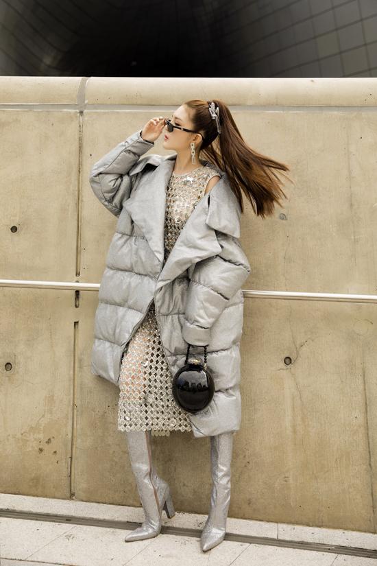 Lily Luta cũng chọn váy xuyên thấu để phối cùng áo khoác và bốt mùa đông.