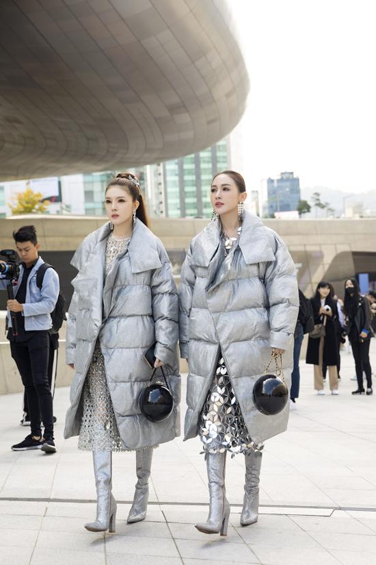 Hai hot girl cùngchọn phụ kiện giống nhau để tăng tương tác hiệu quả nhưbông tai, túi xách, boot... Cả hai không quá làm lố nhưng lại đủ đẹp, cá tính và nổi bậttại kinh đô thời trang của châu Á.
