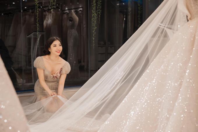 Cô dâu Hà Linhthích thú và xúc động khi lần đầu nhìn thấy chiếc váy cưới được đo ni đóng giày cho mình.