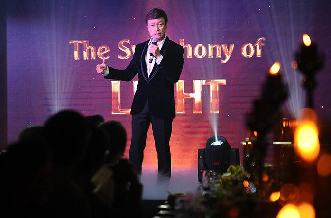 Nam danh ca thể hiện ba ca khúc Về đây nghe em, Khúc Thuỵ Du, Bảy ngày đợi mong trong đêm tiệc chủ đề The symphony of light.
