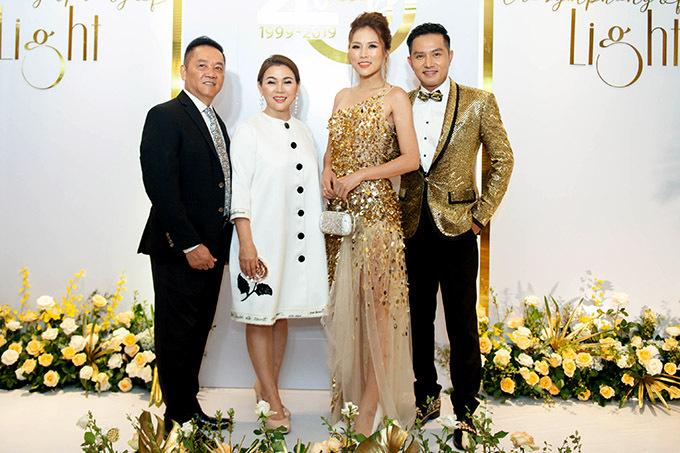 Vợ chồng thái sư Trần Thủ Độ chụp ảnh cùng đại diện ban tổ chức sự kiện.