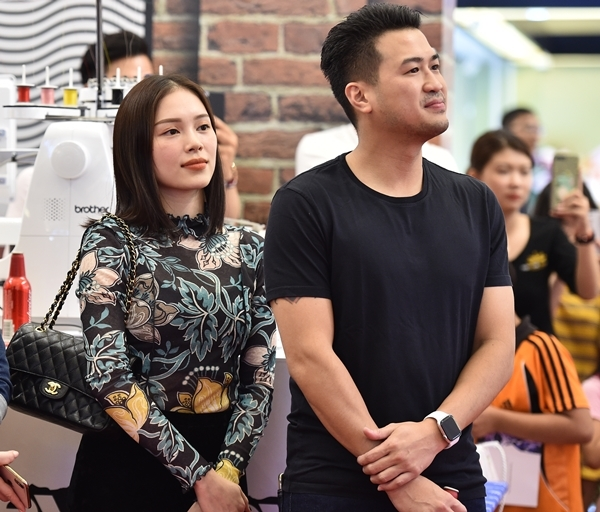 Linh Rin ăn mặc giản dị, chăm chú theo dõi đêm nhạc bên người yêu doanh nhân.
