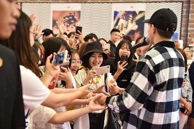 Thịnh Suy thân thiện giao lưu cùng khán giả.