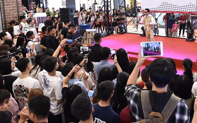 Các ca khúc gắn liền tên tuổi chàng ca sĩ Hà Nội hâm nóng không khí sự kiện.