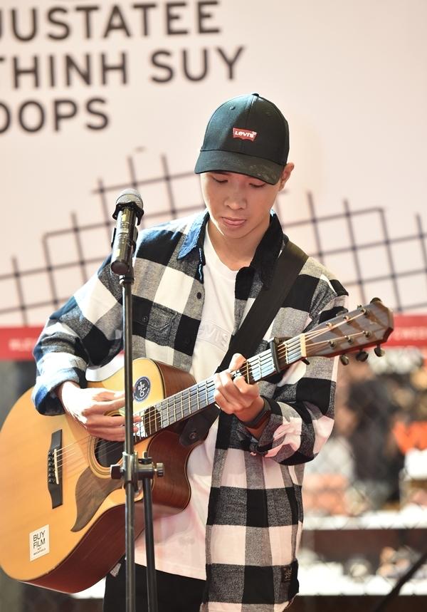 Cùng với chiếc guitar, Thịnh Suy hátca khúcMột đêm say đầy tâm sựkhiến không gian âm nhạc nhưtrùng xuống.