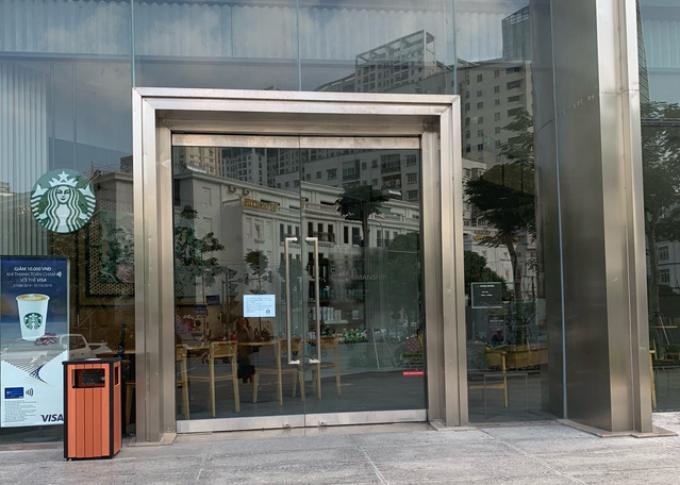 Thông báo dán trước cửa hàng Starbucks ở quận Thanh Xuân.