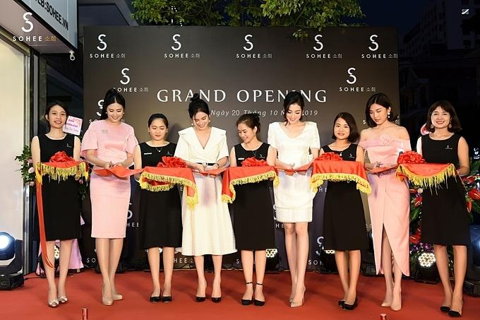 Hoa hậu Ngọc Hân, Á hậu Tú Anh và diễn viên Lương Thanh cùng doanh nhân Hà Bùi cắt băng khai trương showroom Sohee Nam Định.
