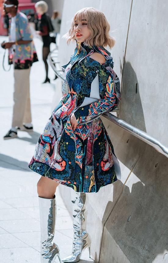 Cô được stylist Thịnh Chocolate chọn cho bộ cánh mang hoạ tiết và màu sắc ấn tượng.