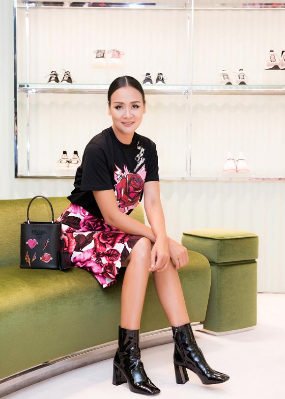 Tới chúc mừng sinh nhật Vũ Cẩm Nhung, cựu người mẫu Trần Bảo Ngọc diện set đồ họa tiết hoa nổi bật từ một thương hiệu danh tiếng.