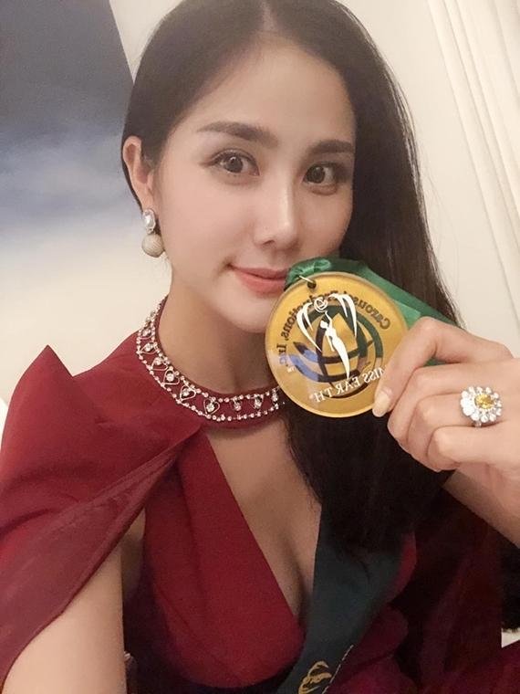 Hiện tại, Hoàng Hạnh đoạt một huy chương vàngTrang phục đi biển, một huy chương đồng