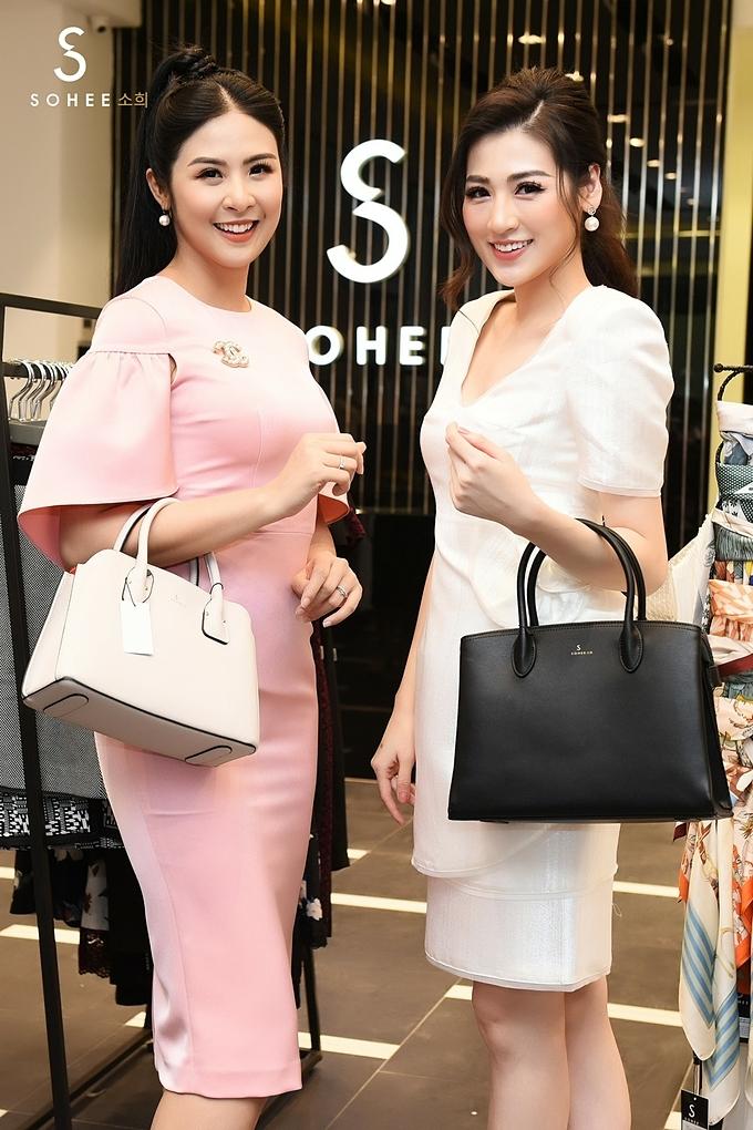 Ngọc Hân chọnmẫu túi màu kem, Á hậu Tú Anh lựamẫumàu đen có phom thanh lịchtặng mẹ trong ngày Phụ nữ Việt Nam.