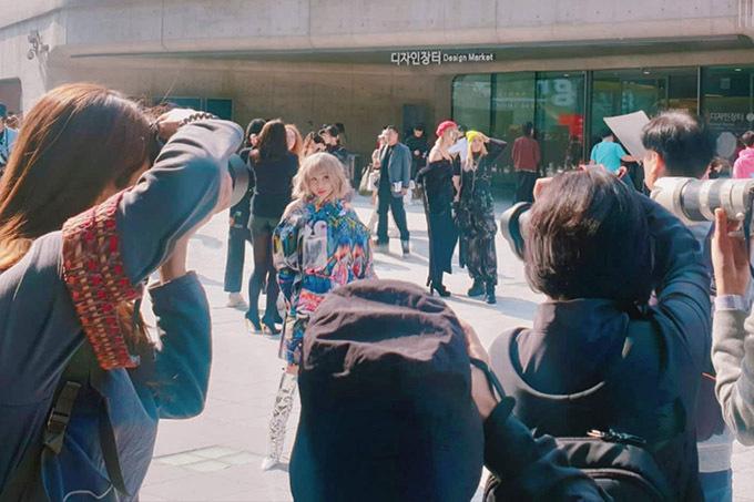 Người đẹp vui vì bộ cánh của cô thu hút sự chú ý của nhiều ống kính tại Tuần lễ Thời trang Seou.
