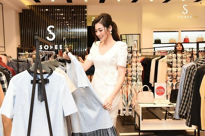 Tú Anhcòn chọn mua một số mẫu trang phục mùa thu mới nhất của Sohee để bổ sung vào tủ quần áo hàng ngày. Thường xuyênxuất hiện trong các sự kiện, Tú Anh liên tục phải shopping bởi cô muốn hình ảnh của mình trong mắt khán giả luôn tươi mới.