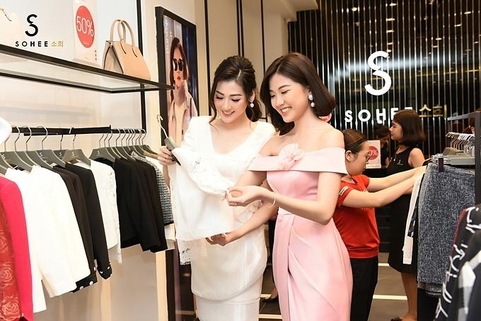 Tú Anhtư vấn cho diễn viên Lương Thanhcáchchọn lựa kiểu váy áo hợp với vóc dáng.