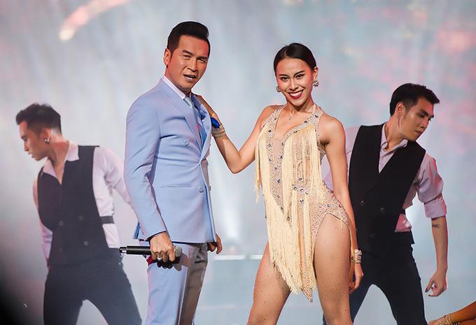 Nguyễn Hưng mang đến những màn vũ đạo ấn tượng trong các tiết mục đơn ca Đàn bà và song ca với Lưu Bích bài Dối trá.