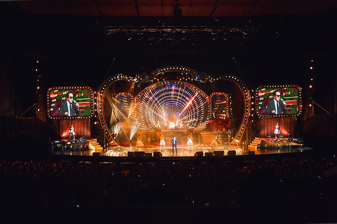 Ngoài 70 tuổi, Elvis Phương vẫn sung sức với loạt sáng tác đình đám một thời: Linh hồn của đá, Tôi muốn, Yêu người yêu đời, Thương lắm ngày mưa... Sân khấu của chương trình được dàn dựng hoàng tráng, được đánh giá gần giống với các sân khấu hải ngoại.