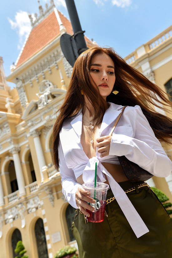Sơ mi cổ vest trở nên sexy hơn bởi phần biến tấu thành áo cro-top đi kèm chi tiết thắt nơ. Mẫu áo hở eo được Thu Thủy sử dụng cùng quần lưng cao để thể hiện độ sành điệu cùng xu hướng hợp mốt.