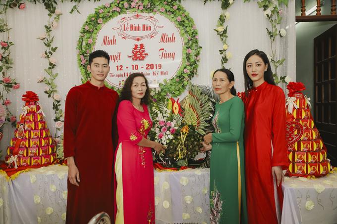 Từ tình bạn, uyên ương dần phát triển mối quan hệ thành người yêu. Ngày 12/10, uyên ương đã tổ chức lễ ăn hỏi ở quê nhà cô dâu Minh Nguyệt tại Hà Nam sau hơn 1 năm tìm hiểu, vớisự chứng kiến của gia đình, bạn bè thân thiết của đôi bên.