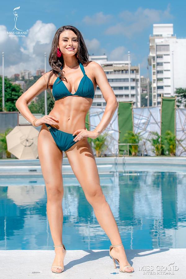 Ở vị trí số 9, người đẹp Brazil khoe cơ thể săn chắc.
