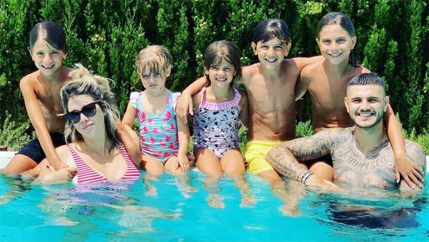 Vợ chồng Mauro Icardi bên các con, trong đó ba con trai đầu là con riêng của Wanda Nara và Maxi Lopez.