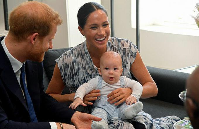 Vợ chồng Harry - Meghan và con trai Archie trong chuyến thăm Đức Tổng giám mục Tutu ở Cape Town hồi cuối tháng 9. Ảnh: Reuters.