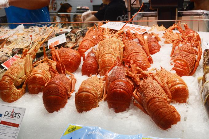Giống như hầu hết các khu chợ cá lớn trên thế giới, ở chợ cá Sydney, vào buổi sáng sớm, những tàu cá chở mặt hàng hải sản tươi rói vừa được đánh bắt ban đêm tới đây để bán. Phần lớn số hàng được bán buôn cho những nhà cung cấp lớn, phần còn lại được chở vào các quầy hàng chế biến đồ ăn tại chỗ.