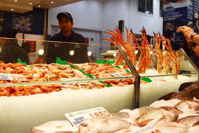 Khu chợ thu hút khách tham quan còn bởi nhiều loại cá, thủy hải sản đặc biệt, lạ lẫm với nhiều người.