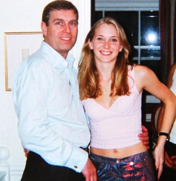 Hoàng tử Andrew và Robert chụp ảnh chung năm 2001. Ảnh: