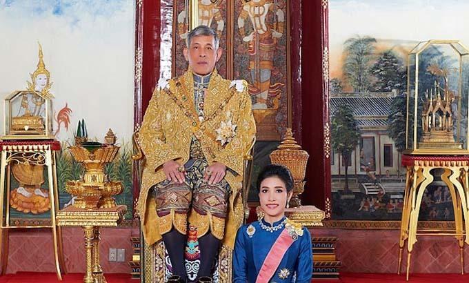 Quốc vương Maha Vajiralongkorn bên cạnh Sineenat, người vừa bị phế truất tước hiệu hoàng quý phi chỉ sau gần 3 tháng được sắc phong. Ảnh: Reuters.