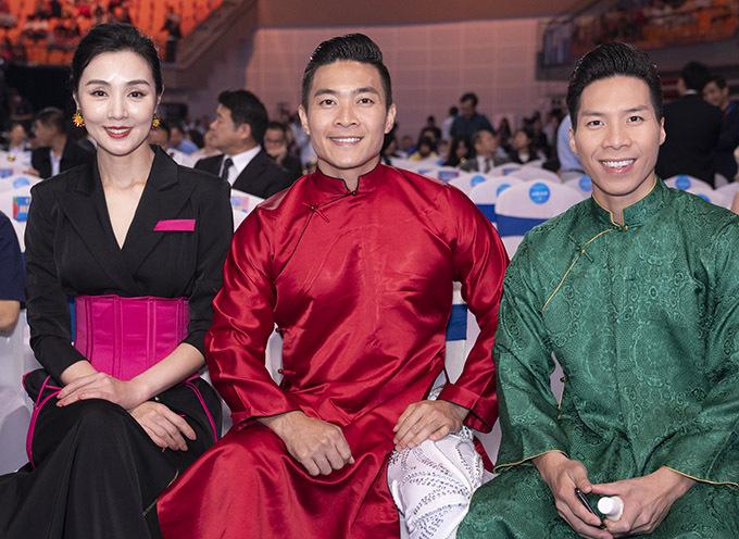 Anh em nghệ sĩ xiếc người Việt chụp ảnh cùng một nữ nghệ sĩ Trung Quốc.