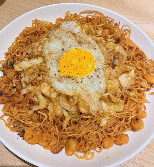 Đôi lúc, Bích Phương vào bếp tối muộn. Dù là nấu mì tôm nhưng nữ ca sĩ vẫn chú trọng tới dinh dưỡng, có đủ chất xơ từ bắp cải, đạm từ trứng ốp la.
