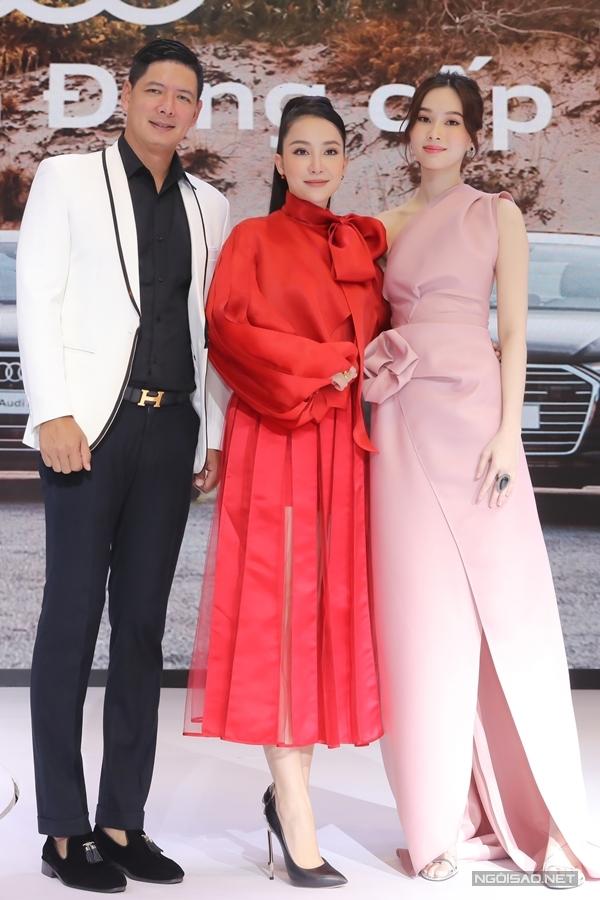 Dù phải chuẩn bị từ sáng sớm để kịp dự event, diễn viên múa Linh Nga (giữa) và Hoa hậu Thu Thảo vẫn thu hút với thần thái tươi tắn. Hai người đẹp hội ngộ và chụp ảnh cùng MC Bình Minh.