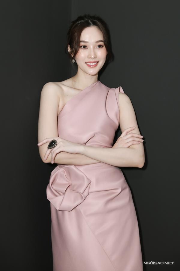 Đặng Thu Thảo diện váy của nhà thiết kế Huy Trần,