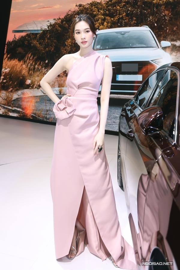 Mỹ nhân dành thời gian chiêm ngưỡng các mẫu xe sang, mới nhất trong trưng bày ở sự kiện.