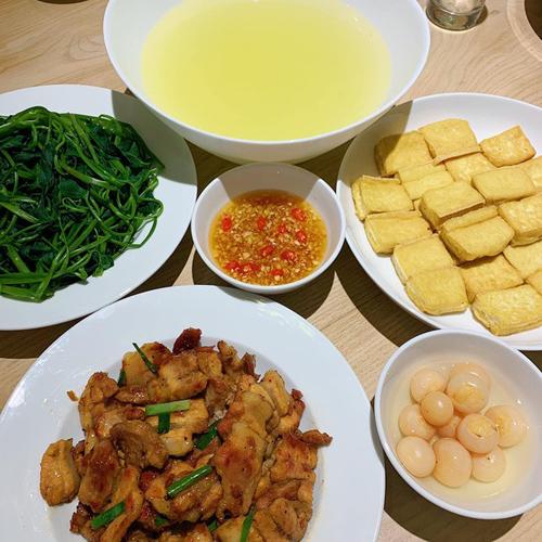 Sở thích ăn uống của Bích Phương bình dị, là các món mang đậm nét ẩm thực miền Bắc như rau muống luộc, đậu rán, cà pháo.