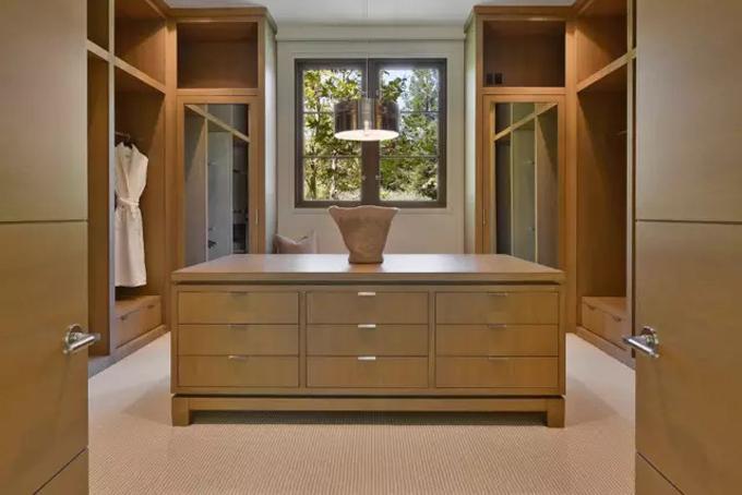 Phòng thay đồ cũng được tích hợp trong phòng ngủ với những tủ chức năng bằng gỗ quý. Ảnh: BI.