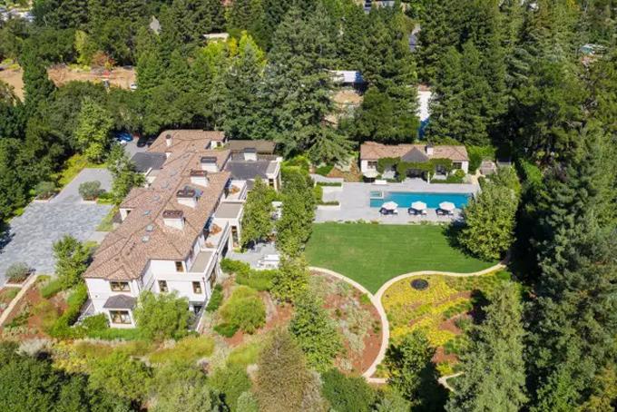 Căn biệt thự này được Paul Allen mua với giá 27 triệu USD vào năm 2013 rộng 1670m2 đươc bao quanh bởi cây xanh. Căn biệt thự có 3 tầng, 5 phòng ngủ, 2 phòng khách rộng lớn và một hồ bơi ngoài trời.Biệt thự của Paul Allen hiện là căn nhà đắt nhất được rao bán trên thị trường ở thị trấn này. Ảnh: BI.