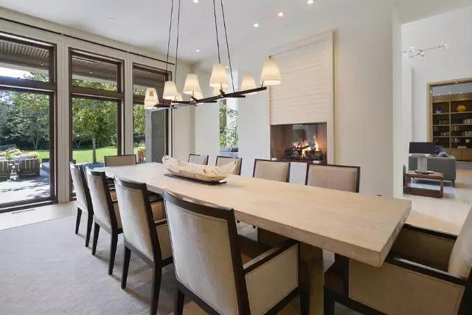 Phòng ăn rộng rãi, trang nhã được kết nối trực tiếp với hiên nhà nhằm tạo cảm giác ấm áp và thư giãn.