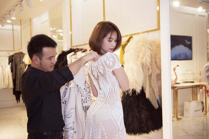 Ngọc Trinh đã có buổi thử trang phục nhằm chuẩn bị tốt nhất cho sự xuất hiện tại show thời trang của Lê Thanh Hòa (áo đen).