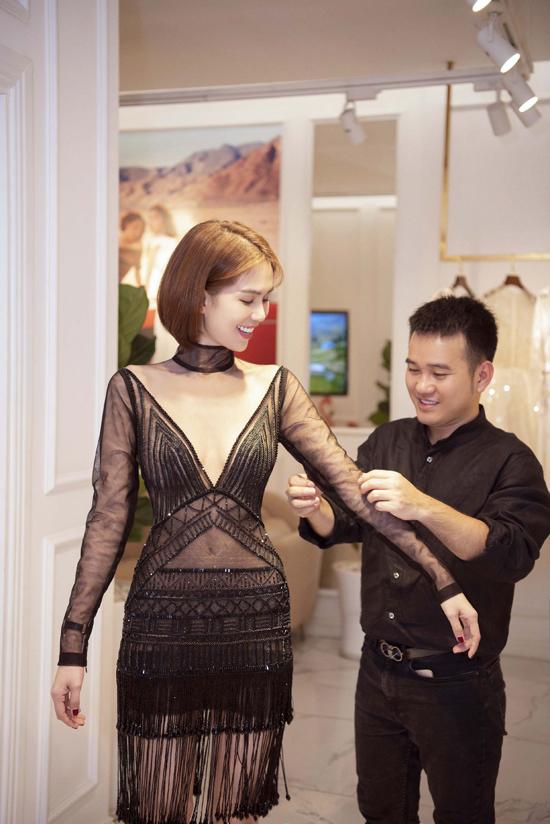 Ngọc Trinh khá thích thú các mẫu váy tôn nét gợi cảm mới vừa ra lò của Lê Thanh Hòa.