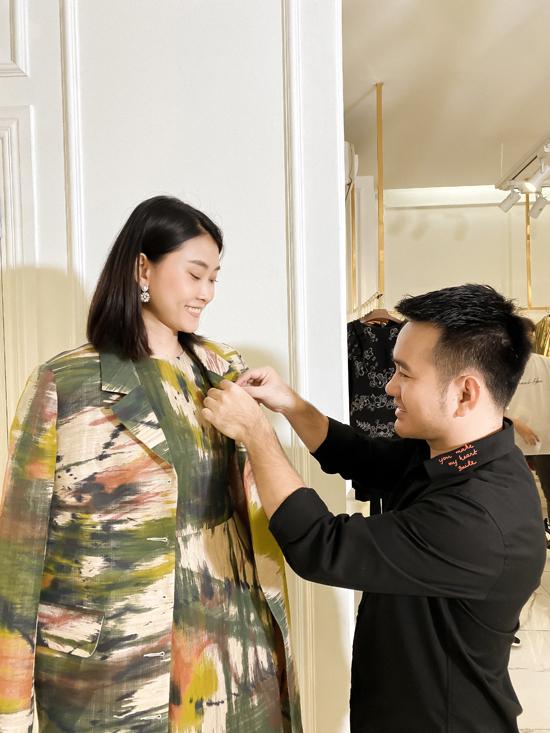 Lê Thanh Hòa (áo đen) chăm chút một cách kỹ lưỡng cho set đồ của người mẫu Kim Nhung.