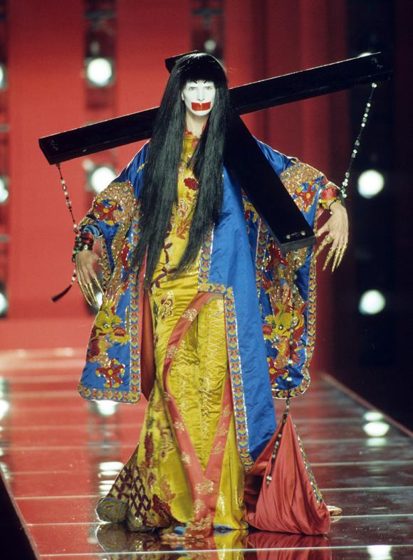 Tạo hình và cách trình diễn của model Trung Quốc gây ám ảnh cho người xem.