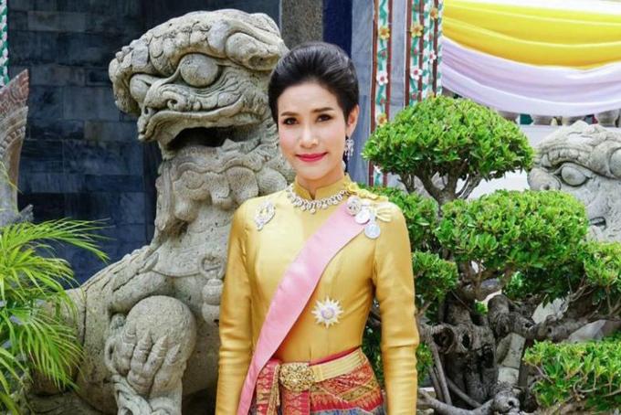 Sau lễ sắc phong Hoàng quý phi cho cho thiếu tướng Sineenat Wongvajirapakdihôm 28/7 nhân dịp sinh nhật lần thứ 67 của nhà vua Vajiralongkorn (Rama X).Văn phòng Hoàng gia Thái Lan cho đã công bố hơn 60 tấm ảnh cùng bản lý lịch dài gần 46 trang của Hoàng quý phi. Những hình ảnh nàynhanh chóng gây chú ý với công chúng bởi đây là tiền lệ chưa từng có trong hoàng gia Thái Lan. Ảnh: Straistimes.