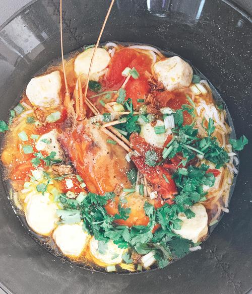 Được mẹ truyền cảm hứng sáng tạo trong nấu nướng từ nhỏ nên Lan Khuê cũng thường suy nghĩ, biến tấu nhiều món ăn mới lạ từ các nguyên liệu có sẵn trong căn bếp.