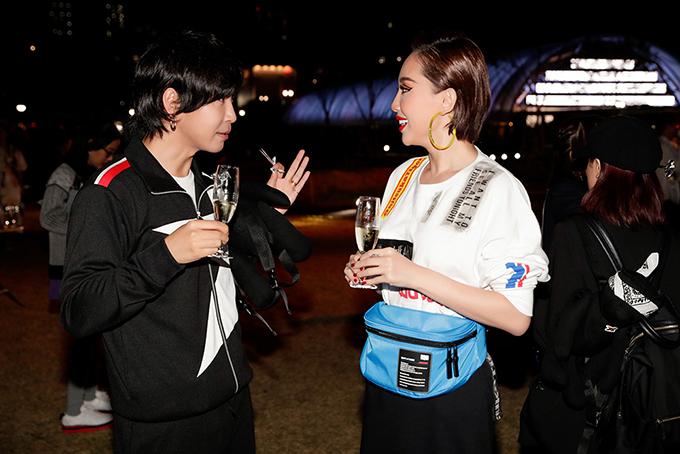 Trong suốt buổi diễn, Tóc Tiên đặc biệt khá thân thiết với Han Huo Huo, một trong những Fashion Blogger nổi tiếng nhất tại Trung Quốc