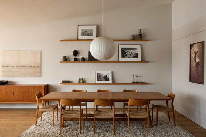 Góc phòng ăn với bàn ghế bằng chất liệu gỗ Myanmar.