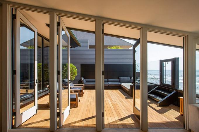 Ban công rộng để thư giãn và ngắm cảnh biển nối giữa nhà chính và nhà khách.