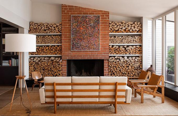 Lò sưởi lớn được thiết kế độc đáo với chất liệu gạch và gỗ, mang lại cảm giác ấm cúng.