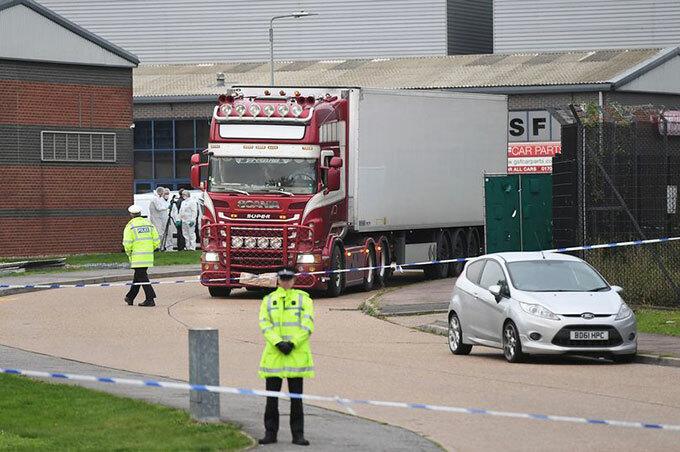 Chiếc xe tải chở xác 39 người bị cảnh sát hạt Essex phong toả khám xét hôm 23/10. Ảnh: PA.