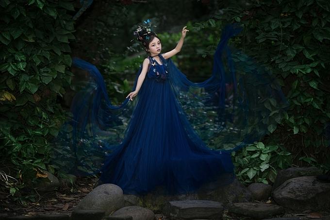 Chiếc váy dạ hộigiúp nàng tiên bướm nhỏ bé trở nên nổi bật giữa cảnh sắc thiên nhiên.